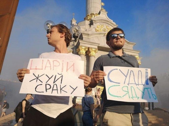 Протести в Києві: на Майдані запалили димові шашки (фото, відео)