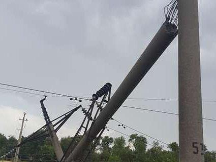 Повалені дерева, зірвані дахи, знеструмлені села і міста – Україною «погуляла» негода