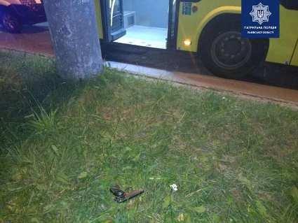 У Львові в маршрутці псевдо хворий юнак влаштував  стрілянину