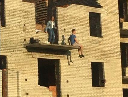 «Шукав екстриму»: на Волині підліток звісився з 5-го поверху недобудови (фото)