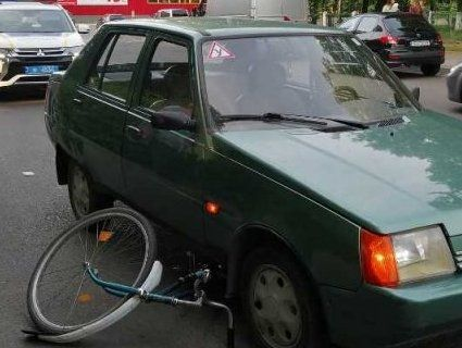 У Луцьку велосипедист «влетів» під колеса автомобіля (фото, відео)