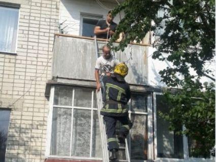 Житель Рівненщини випав з балкона і повис на сусідньому (фото)