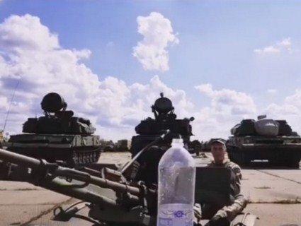 Боєць ЗСУ долучився до популярного флешмобу і «згвинтив» кришечку дулом «зенітки» (відео)