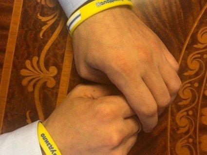 Чому Зеленський не відмовився від кортежу та що це за жовті браслети «з нічного клубу»