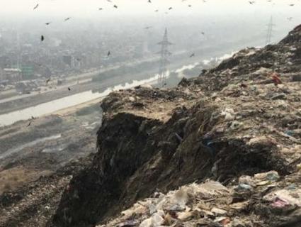 Гора сміття в Індії «доганяє» за висотою Тадж-Махал (відео)