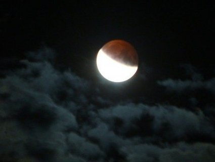 Унікальне місячне затемнення над Луцьком (фото)