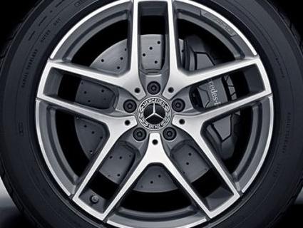 Роззули: у Львові зняли всі колеса з автомобіля Mercedes