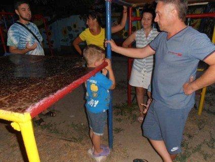 Ігровий майданчик став пасткою для дитини (фото, відео)