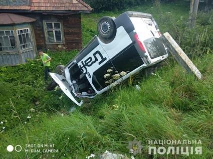 На Львівщині19-річний водій мікроавтобуса в'їхав у зупинку: жінка загинула, її доньки у лікарні