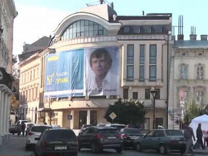 Політичну мішуру – в «утиль»: зі Львова банери з політиками відвезуть на передову