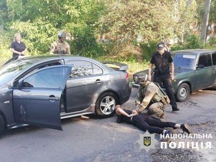 «Відмазував» за гроші: у Рівному піймали патрульного на хабарі у 2 тисячі доларів (фото)