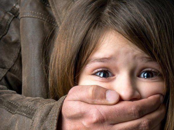 Покидьок заманив у пастку і зґвалтував 6-річну дитину