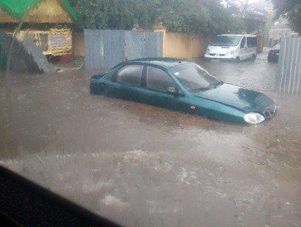 Наслідки зливи у Рівному: автомобілі-«амфібії» і босі городяни по коліна в воді (відео, фото)