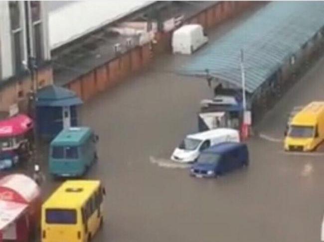 Потоп у Рівному: автовокзал перетворився у порт (відео)