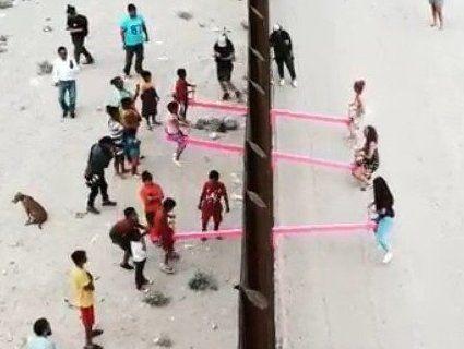 На кордоні США і Мексики встановили рожеві гойдалки