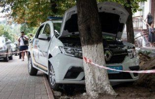 У Києві авто держохорони протаранило дерево: водій помер від судом