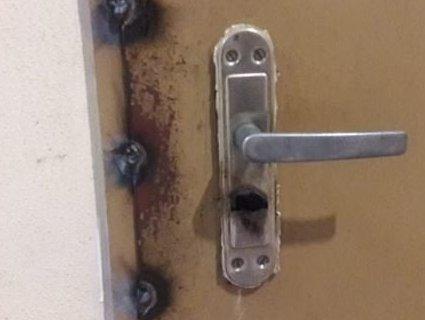 Сусідські війни: п'яний чоловік заварив двері сусідці
