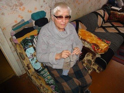 Бабуся плете шкарпетки для бійців на передовій