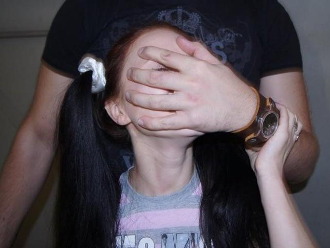 Напився і зґвалтував рідну доньку: чоловік хитрістю заманив дитину у пастку