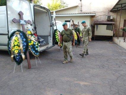 «Без офіційного Дня жалоби»: священник показав прощання із загиблими морпіхами (фото)