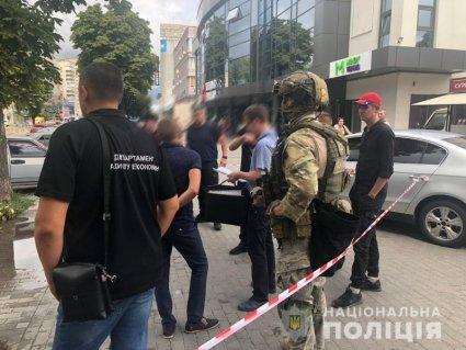 Чорний день хабарників у Рівному: спіймали ще одного топ-корупціонера (фото)