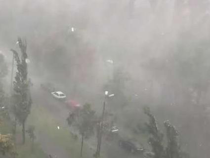 Негода в Україні: загибель людини, зірвані дахи, знеструмлені міста і села