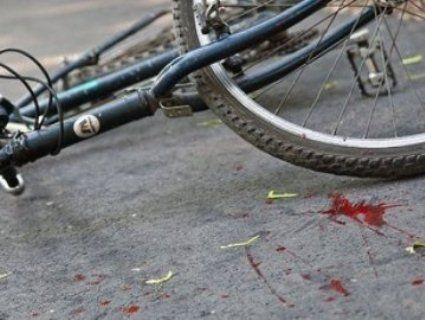 «Ударив по педалях»: у Рівному велосипедист збив дівчину на тротуарі і втік (відео)