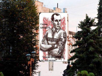 На Франківщині радянське панно замінять Бандерою – в «татухах» і тенісці (фото)
