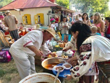 Яблучний, із раками, холодний і «сироїдський» – на Полтавщині грандіозний фестиваль борщу (фото)