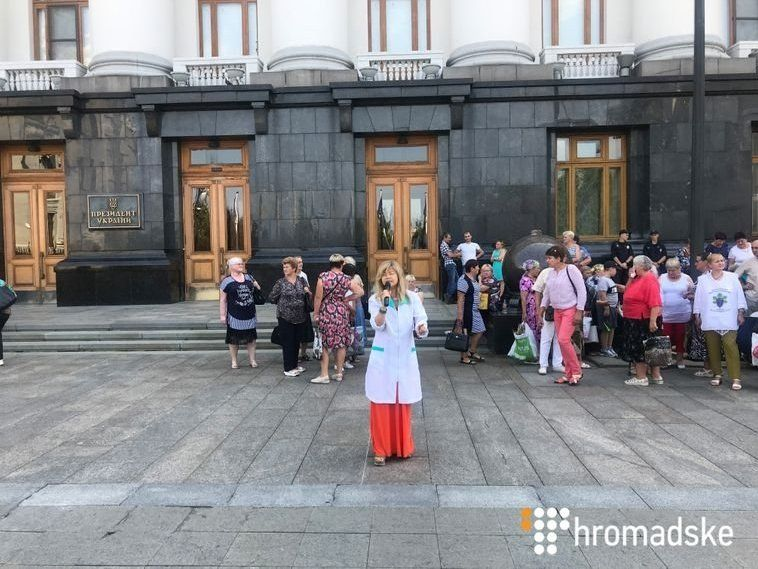 Під вікнами в Зеленського мітингують через Супрун (фото)