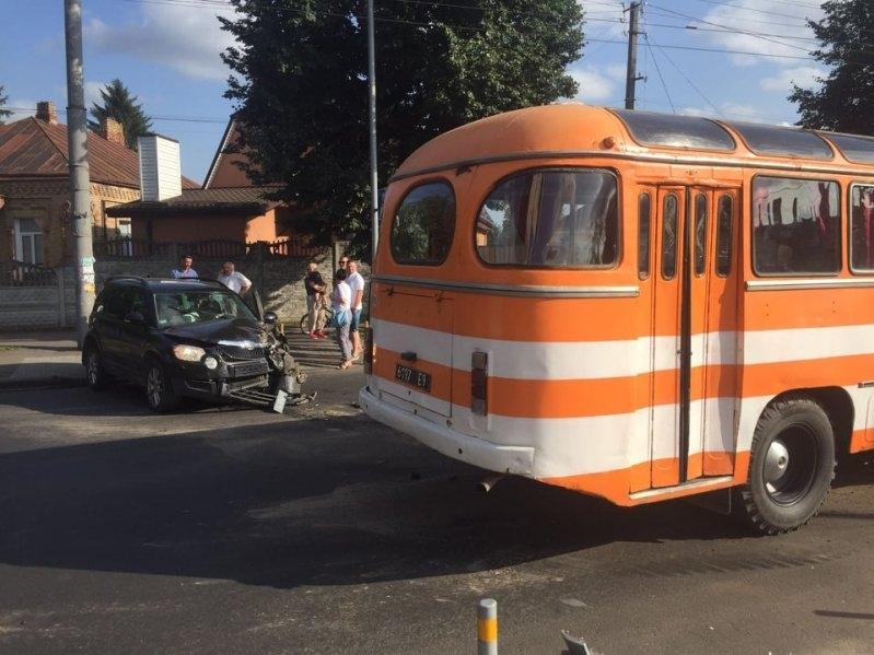 У Рівному легковик протаранив автобус із військовими (фото)