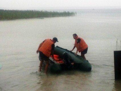 Операція «Порятунок»: пляжників на матраці шторм відніс на середину Світязя