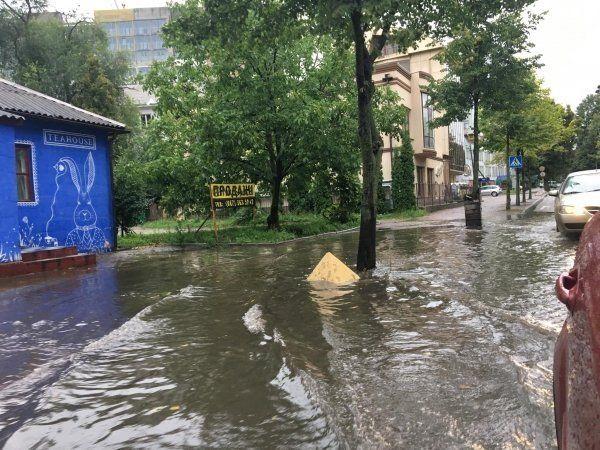 Вулиці перетворилися на річки: злива паралізувала Рівне (фото)