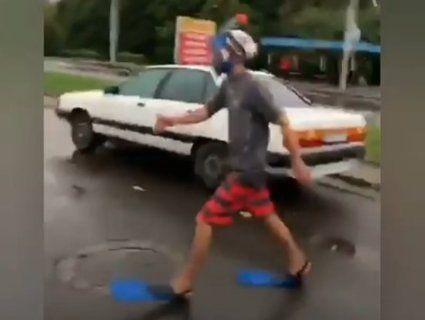 «Вдівся по погоді»: у Рівному помітили перехожого в ластах і масці (відео)