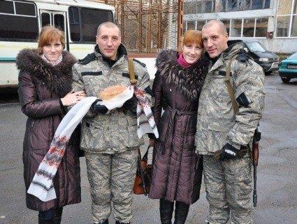 Дивовижна історія: на Сході України воюють сестри-близнючки із чоловіками-близнюками (фото)