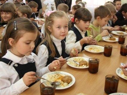 Кого з школярів Луцька харчуватимуть у школах безкоштовно