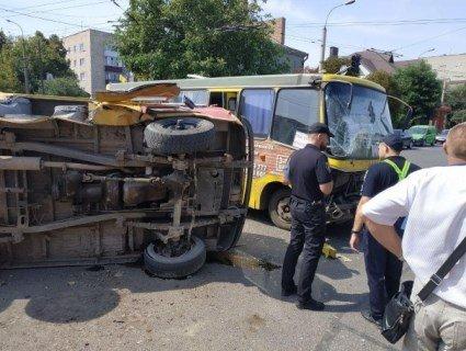 У Луцьку зіткнулися маршрутка, таксі та «газовики»: масштабна ДТП має наслідки (фото)