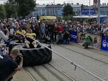 Новий рекорд: стронгмени перетягали трамваї у Львові (фото)