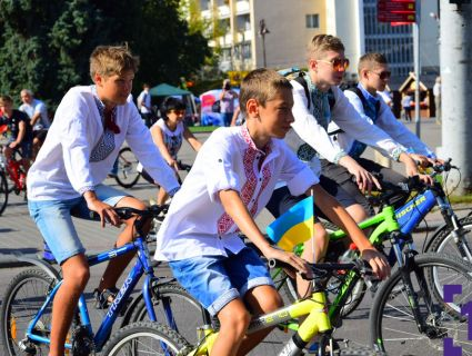 Велопробіг у вишиванках: «двоколісна» спільнота у Луцьку влаштувала видовищний проїзд (фото)