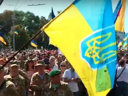 Марш ветеранів у Києві: живий коридор аплодував захисникам і скандував «Дякую!» (відео)