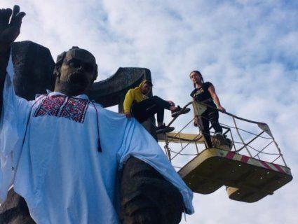 У Ковелі пам'ятник Шевченку вдягли у мегавишиванку (фото)