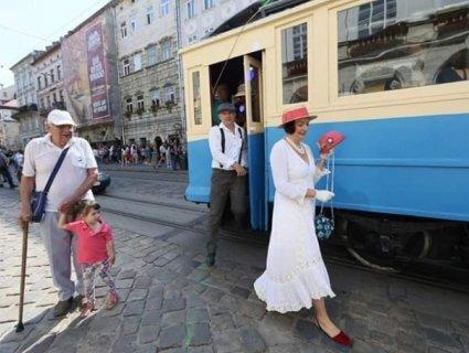 «Вінтажних» львів'янок прокатали на 110-річному ретро-трамваї (фото)