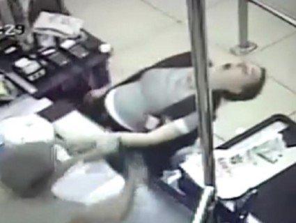 У Дніпрі військовий у супермаркеті врятував касирку, яка билася в конвульсіях (відео)