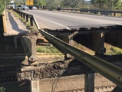 Ще один «втомився»: в Харкові рухнув автомобільний міст (відео)