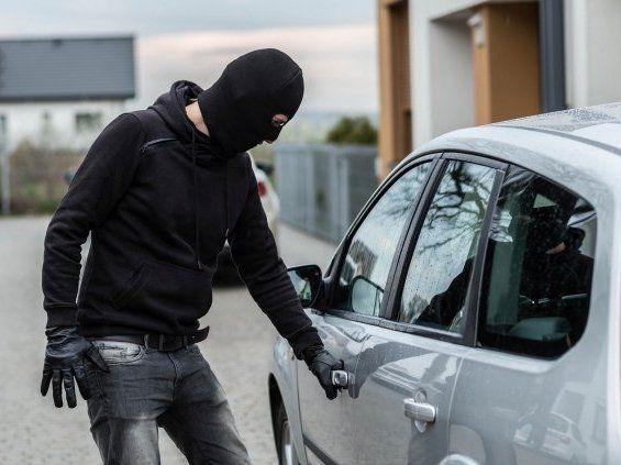 «Це фіаско»: авто бандита викрали у розпал пограбування