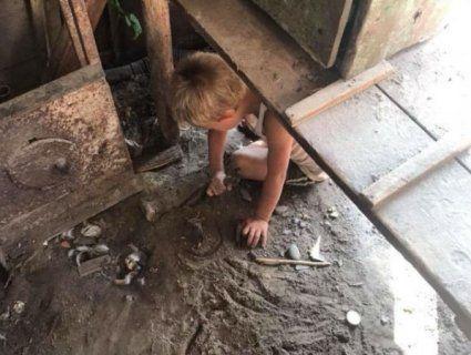 На Івано-Франківщині знайшли хлопчика-Мауглі: виє, уникає людей та ховається  у сараї