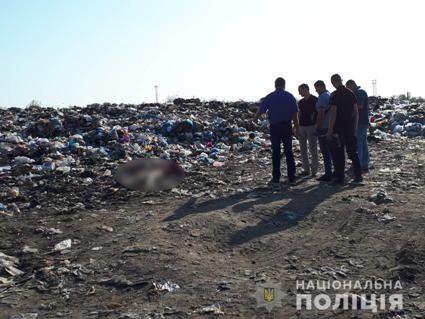 На Харківщині на звалищі знайшли труп жінки з перерізаним горлом
