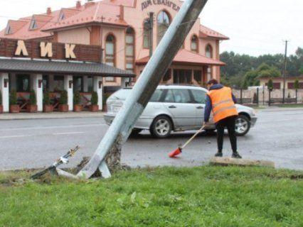 На Волині горе-водій один за одним збив два вуличні ліхтарі (фото)