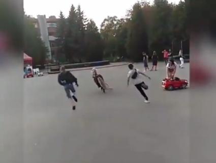 Соцмережі регочуть: у центрі Рівного ловили поні-втікача (відео)