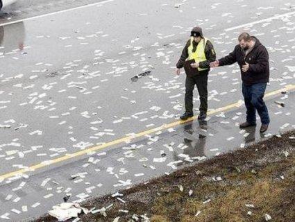 «Рай двірника»: кияни визбирували долари, розкидані по вулиці